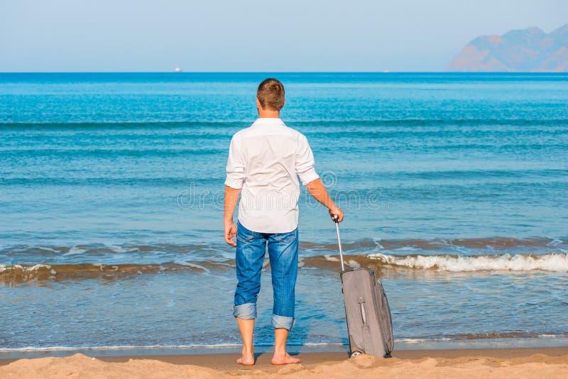 Gubjący na pustynnej wyspy mężczyzna spojrzeniach przy statkami zdjęcia royalty free