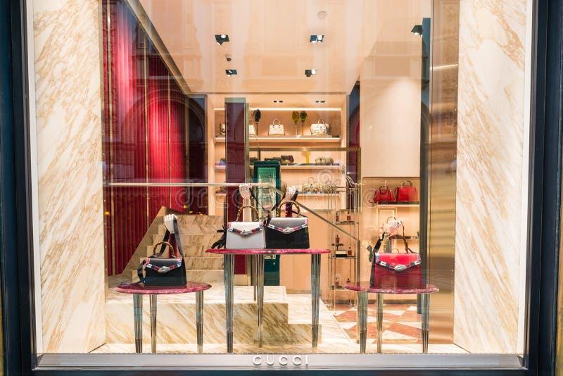 Gucci robi zakupy przy galerii Vittorio Emanuele II piazza Duomo w Mediolan centrum, Włochy zdjęcia stock