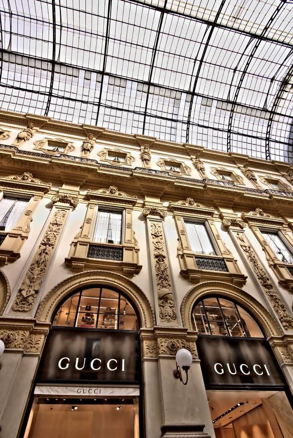 Gucci shoppar i galleriaen Vittorio Emanuele II i Milan arkivbilder
