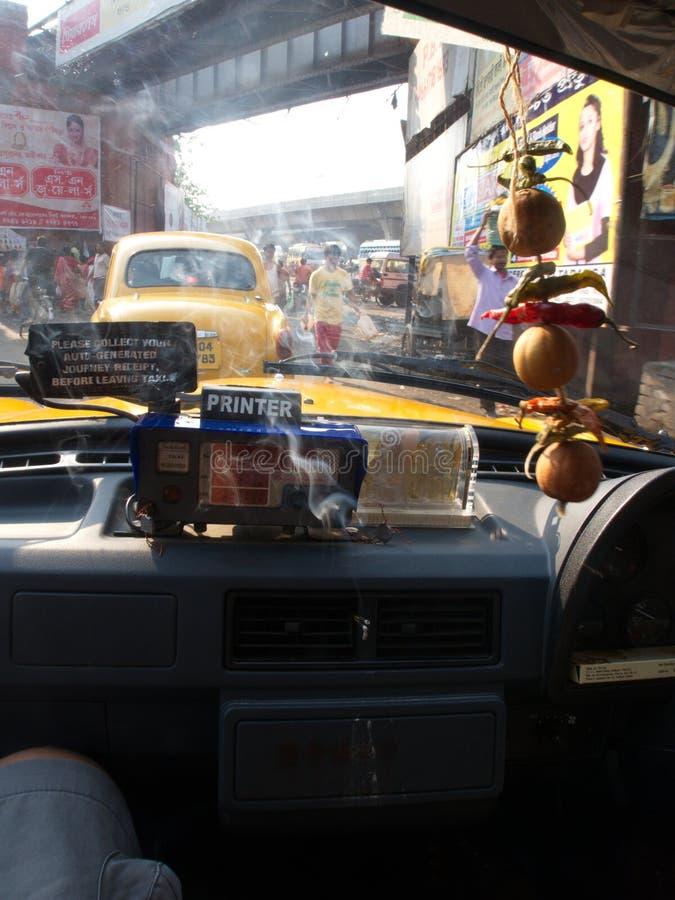 Gud och rök inom taxien, Kolkata stad, INDIEN, 11th APRIL 2 royaltyfri bild