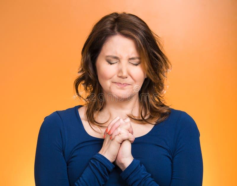 gud som ber till kvinnan royaltyfria bilder