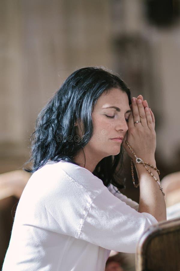 gud som ber till kvinnan arkivfoto