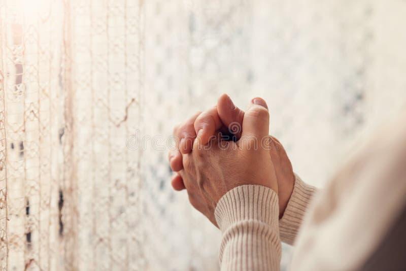 gud som ber till kvinnan royaltyfri bild