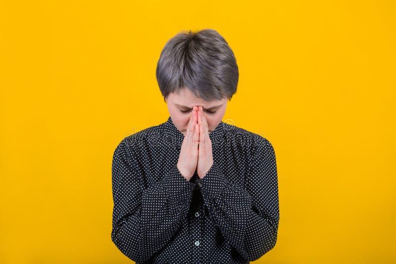 gud som ber till kvinnan royaltyfri foto