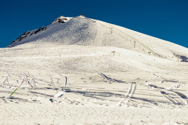 Gudauri - paraíso para o freeride Fundo das montanhas do inverno com inclinações do esqui e elevadores de esqui Recurso de esqui  foto de stock royalty free
