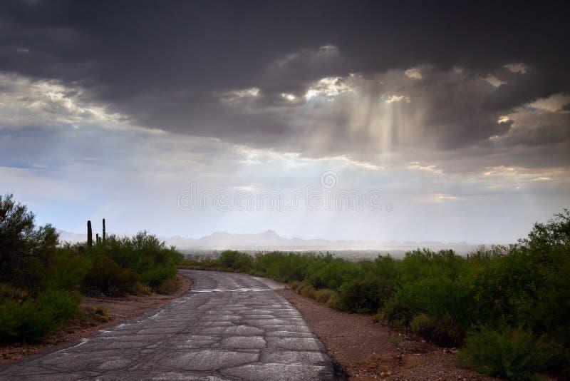 Guden Rays att komma till och med regnmoln royaltyfria foton