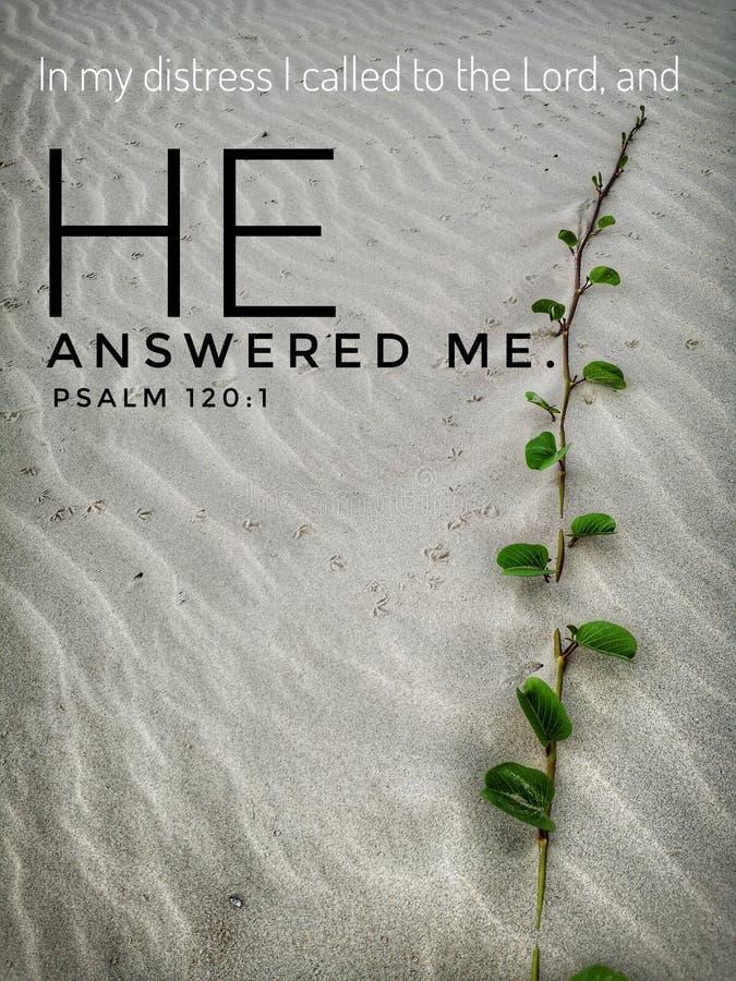 Guden svarade mig med bibelversdesignen för kristendomen med bakgrund för den sandiga stranden royaltyfri foto