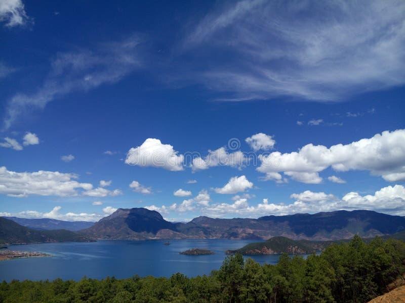 Gudinnaberg på sjön royaltyfria bilder