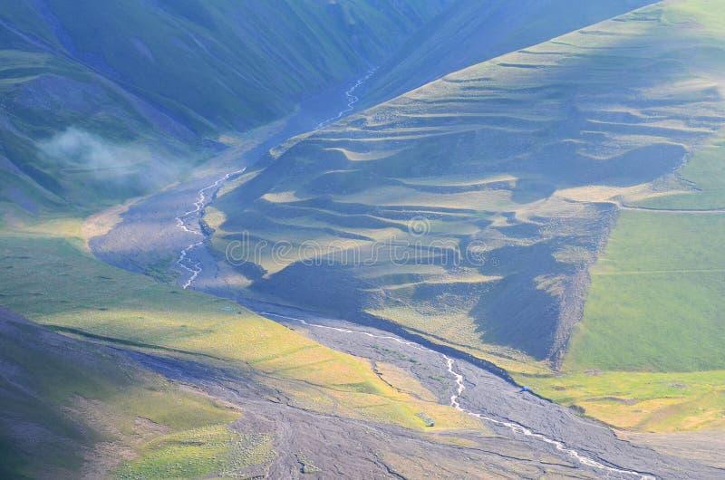 Gudiyalchay flod och is- dal nära den Shahdag nationalparken, Azerbajdzjan, i det större Kaukasus området royaltyfria bilder