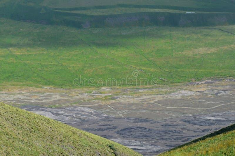 Gudiyalchay flod och is- dal nära den Shahdag nationalparken, Azerbajdzjan, i det större Kaukasus området royaltyfri bild