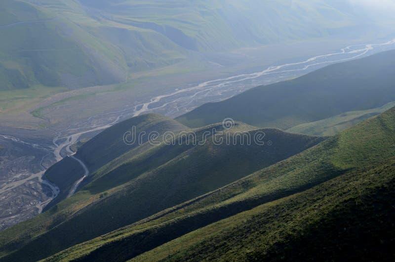 Gudiyalchay flod och is- dal nära den Shahdag nationalparken, Azerbajdzjan, i det större Kaukasus området fotografering för bildbyråer