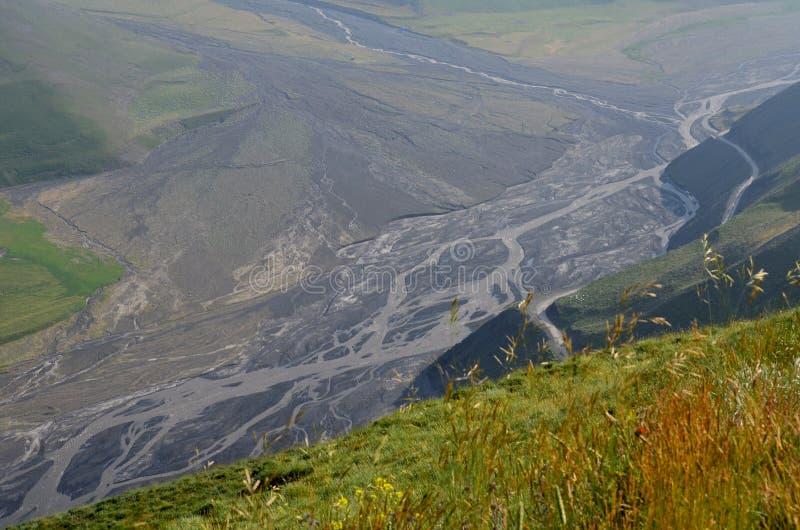 Gudiyalchay flod och is- dal nära den Shahdag nationalparken, Azerbajdzjan, i det större Kaukasus området arkivfoto