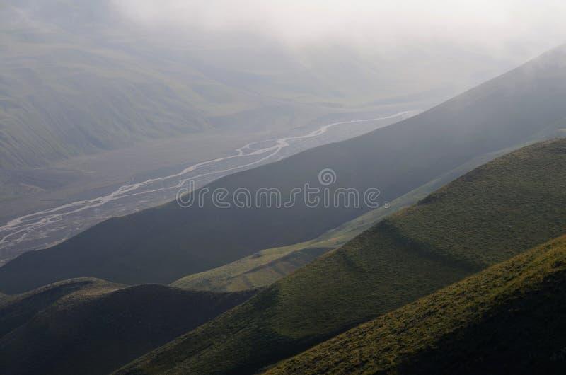 Gudiyalchay flod och is- dal nära den Shahdag nationalparken, Azerbajdzjan, i det större Kaukasus området royaltyfri fotografi