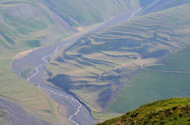 Gudiyalchay flod och is- dal nära den Shahdag nationalparken, Azerbajdzjan, i det större Kaukasus området arkivbild