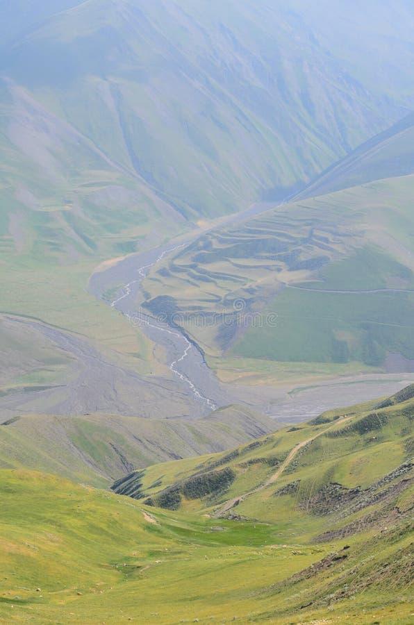 Gudiyalchay flod och is- dal nära den Shahdag nationalparken, Azerbajdzjan, i det större Kaukasus området royaltyfri foto
