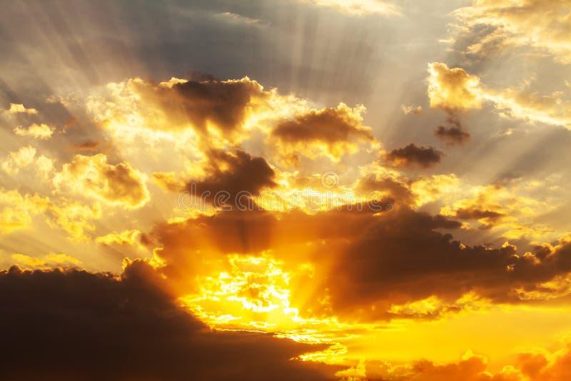 Gudomlig solnedgång med solstrålar royaltyfria foton