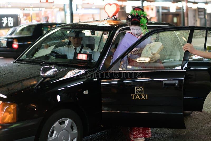 Gueixa em um táxi foto de stock
