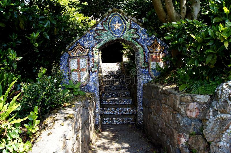 Guernsey - arco lateral do trajeto da capela pequena fotos de stock