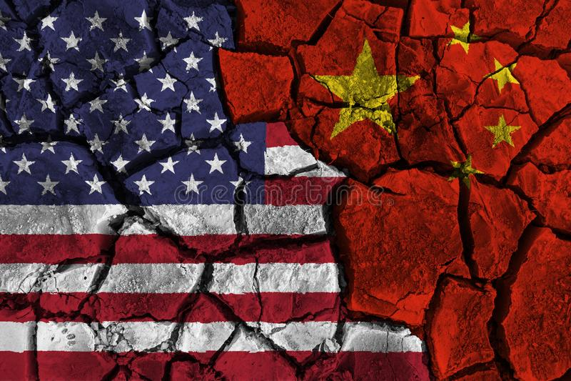 Guerra comercial entre Estados Unidos da América CONTRA China bandeira em fundo rachado da parede Conceito da incompatibilidade e imagens de stock royalty free