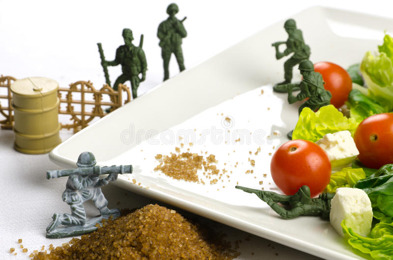 Guerra di perdita di peso e di dieta con alimento sano fotografie stock