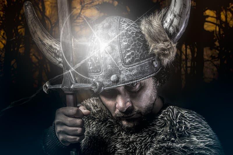 A guerra, guerreiro de Viking, homem vestiu-se no estilo bárbaro com espada, fotos de stock royalty free