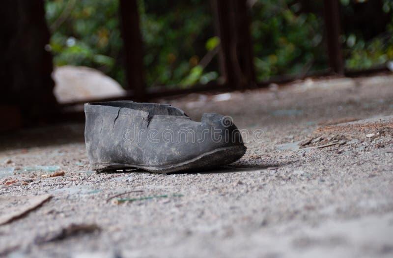 Guerre de conséquence - chaussure simple dans un bâtiment ruiné images libres de droits