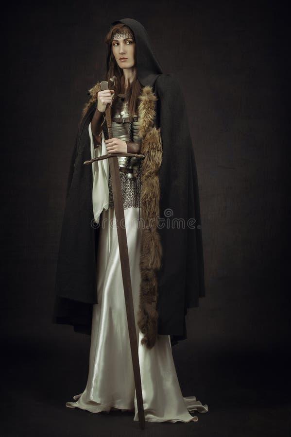 Guerreiro bonito da menina na roupa medieval fotos de stock