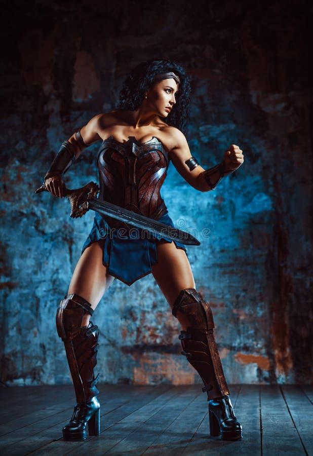 Guerreiro da mulher com espada imagens de stock