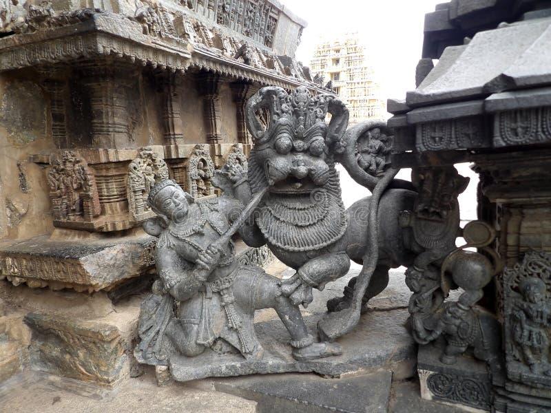 Guerreiro de Hoysala que luta com leão fotografia de stock