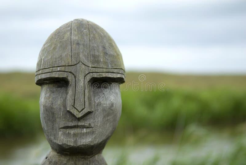 Guerreiro de Viquingue cinzelado na madeira fotos de stock royalty free