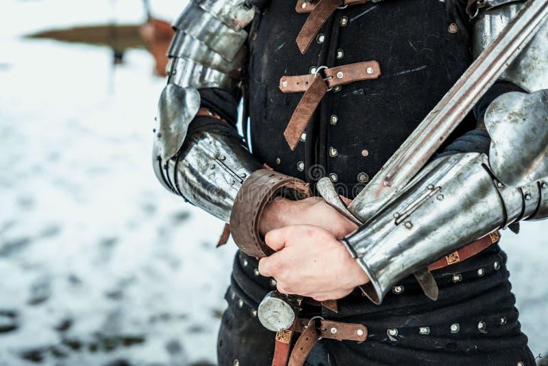 Guerreiro do homem com espada do ferro imagem de stock royalty free