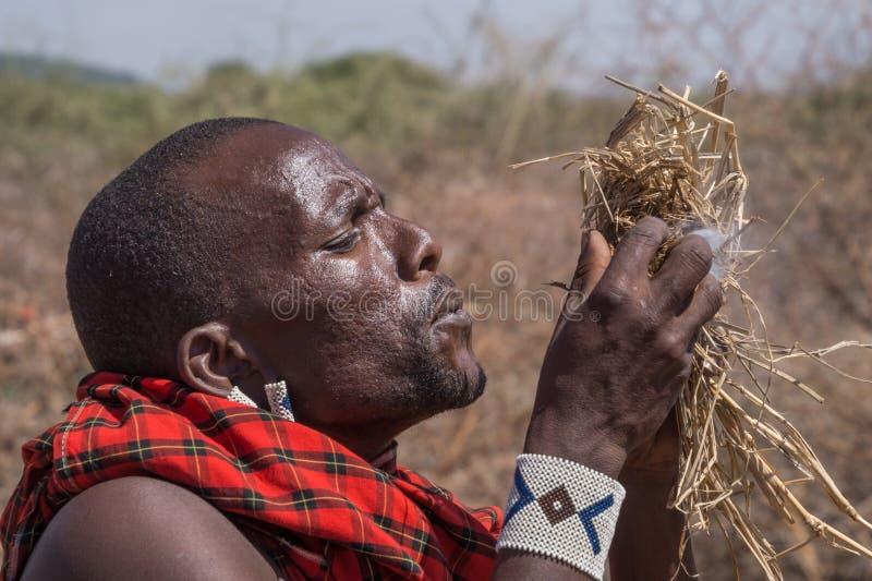 Guerreiro do Masai que faz o fogo imagens de stock royalty free
