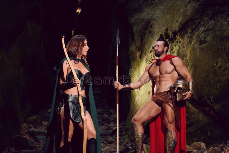 Guerreiro espartano e sua mulher nas madeiras fotos de stock