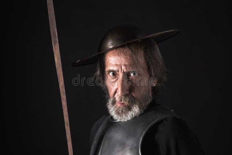 Guerreiro farpado idoso com breastplate e capacete fotografia de stock royalty free