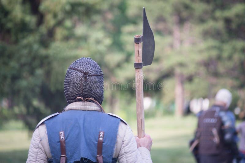 Guerreiro medieval que guarda o machado fotografia de stock royalty free