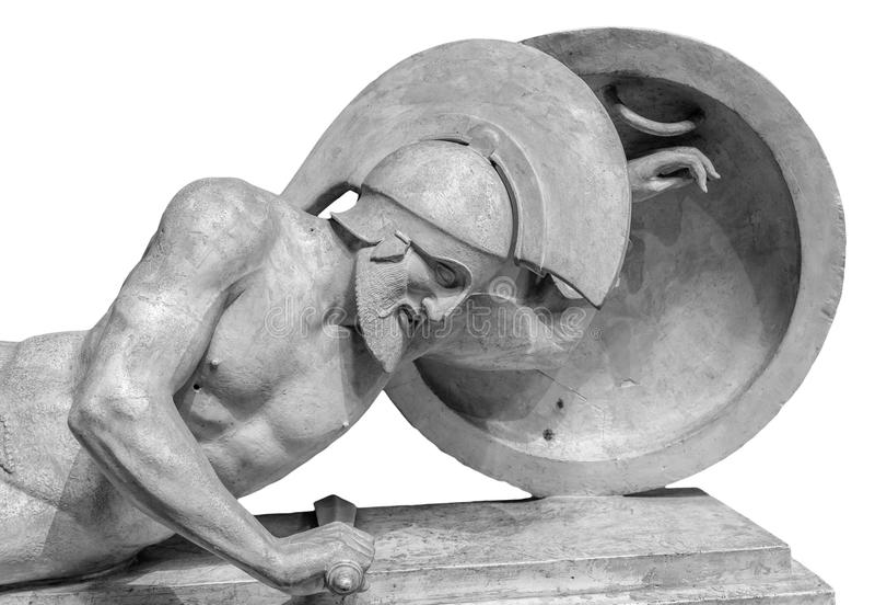 Guerreiro na estátua do capacete isolada no fundo branco foto de stock royalty free