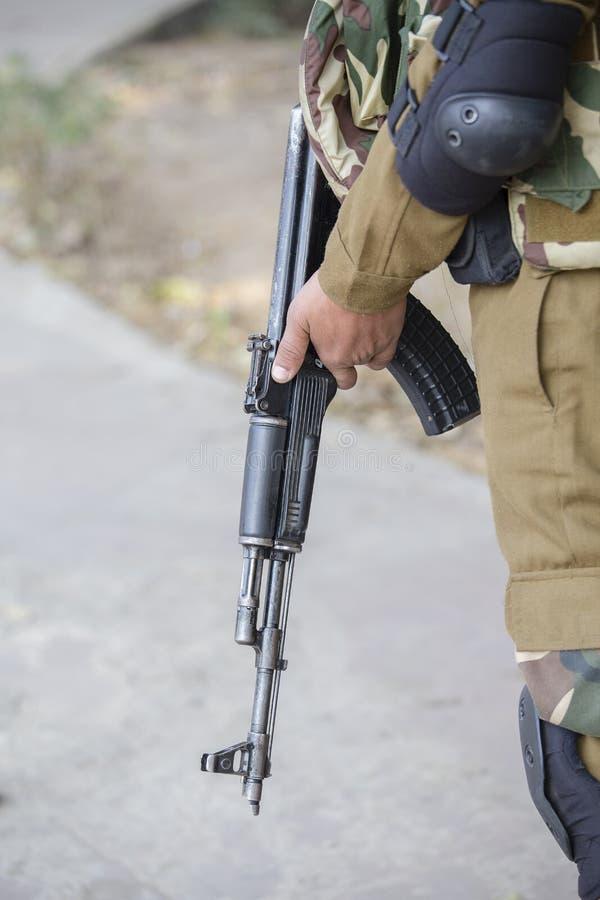 Guerreiro que guarda uma espingarda de assalto do Kalashnikov foto de stock