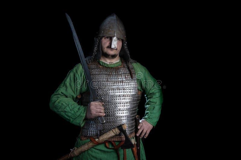 guerreiro slavic da idade de viquingue na armadura com espada fotografia de stock royalty free