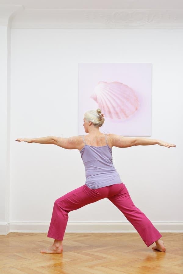 Guerreiro superior do exercício da ioga da mulher imagens de stock royalty free