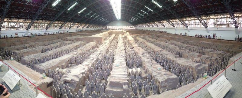 Guerreiros da terracota de Qin e estatuetas dos cavalos fotografia de stock royalty free