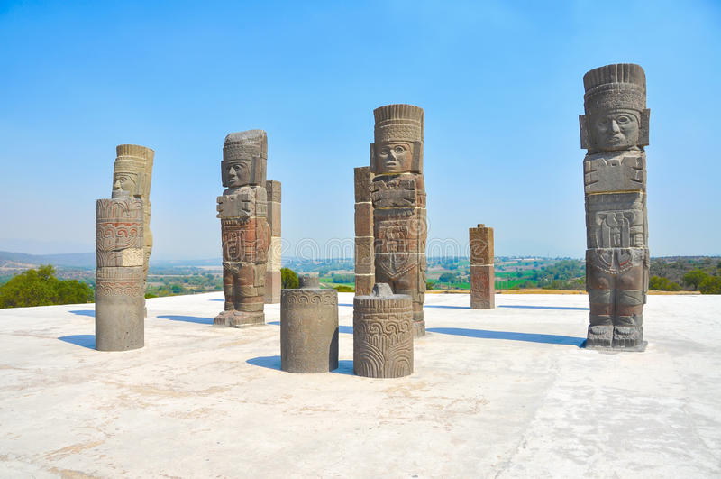 Guerreiros de Toltec, pirâmide de Quetzalcoatl em México imagens de stock royalty free