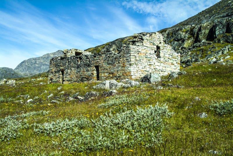 Guerreiros de Viking e fazendeiros - vista da igreja de Hvalsey Viking e Mountain View em Gronelândia foto de stock royalty free