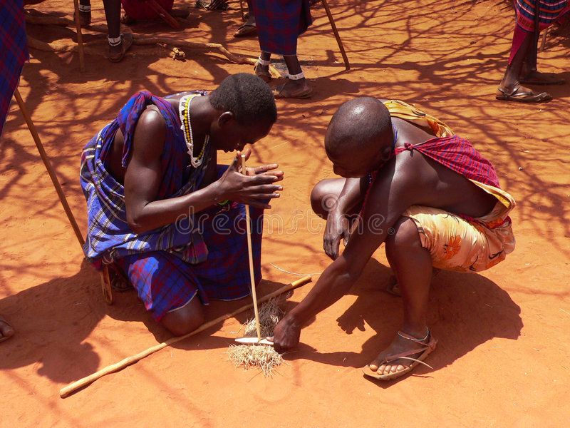 Guerreiros do Masai que fazem o incêndio imagem de stock