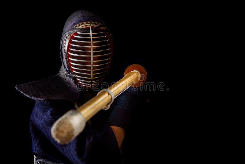 Guerrero de Kendo en vestido tradicional en un fondo negro imagenes de archivo