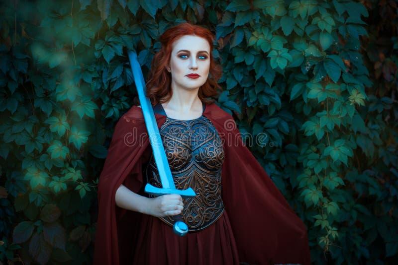 Guerrero de la mujer con la espada que lleva una coraza imagen de archivo libre de regalías