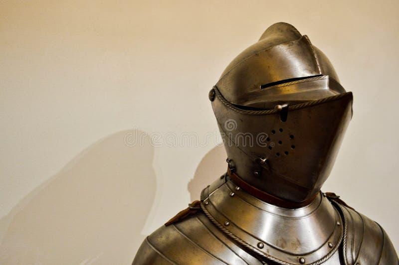 Guerrero fuerte medieval del caballero encadenado en armadura fuerte plateada del metal del hierro con un casco y un visera foto de archivo