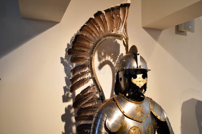 Guerrero fuerte medieval del caballero encadenado en armadura fuerte plateada del metal del hierro con un casco y un visera imagen de archivo