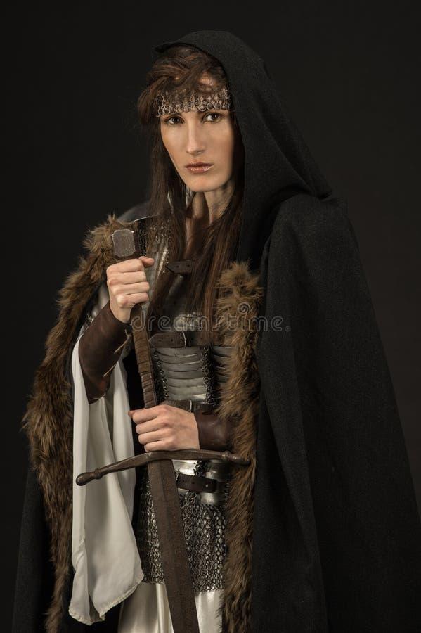 Guerrero hermoso de la muchacha en ropa medieval imagen de archivo libre de regalías
