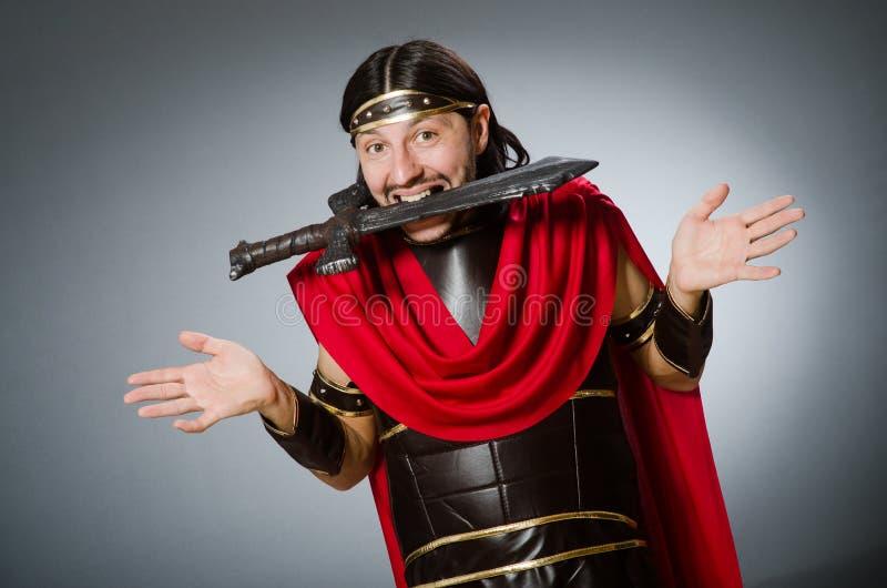 Guerrero romano con la espada contra fondo fotografía de archivo