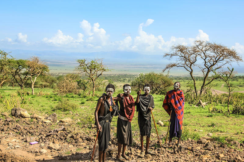 Guerreros de Maasai después de la ceremonia de la circuncisión fotografía de archivo